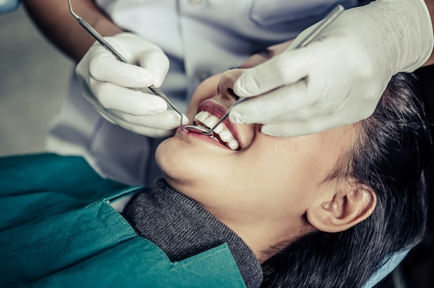 I dentisti trattano i denti dei pazienti. Foto Gratuite