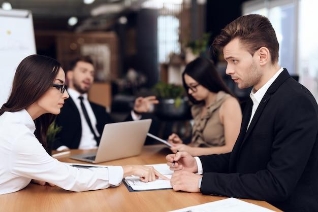 I dipendenti dell'azienda tengono una riunione al tavolo. Foto Premium