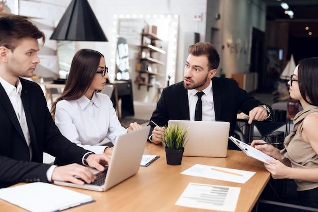 I dipendenti della compagnia tengono una riunione al tavolo. Foto Premium