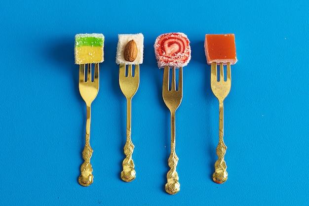 I dolci a forma di quadrato di lokum di delizia turca si chiudono su Foto Premium
