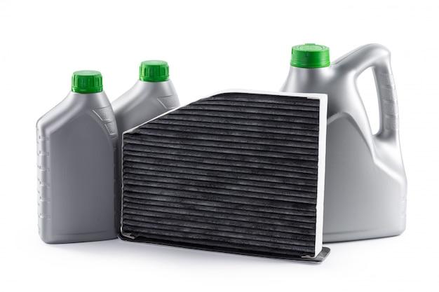 I filtri dell'automobile e l'olio per motori possono isolato su bianco Foto Premium