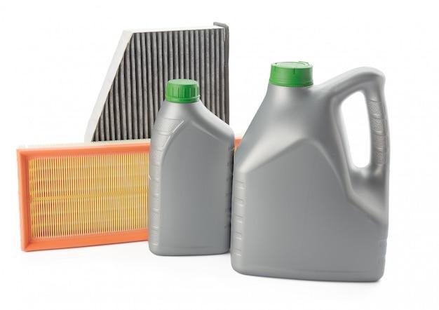 I filtri dell'olio dell'automobile e l'olio del motore possono isolato su bianco Foto Premium