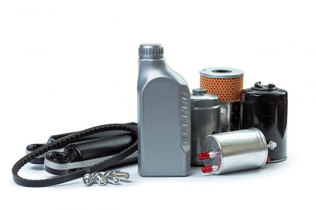I filtri dell'olio dell'automobile e l'olio per motori possono isolato su bianco Foto Premium