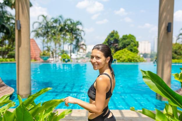 I frutti tropicali succosi hanno messo al bordo dello stagno con acqua blu di cristallo. riposo weekend di lusso Foto Premium
