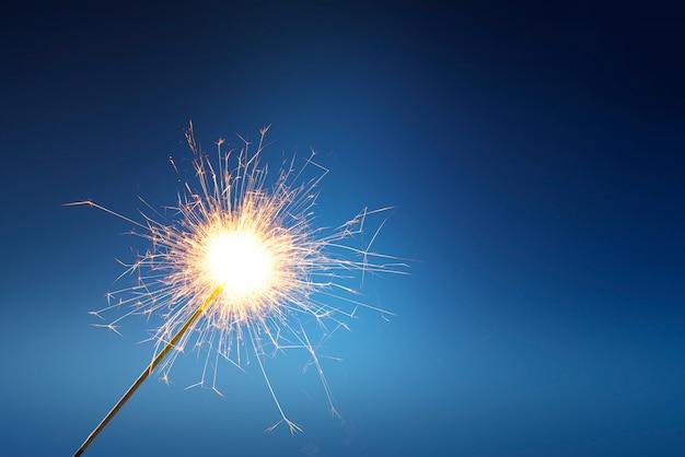 I fuochi d'artificio attaccano al fuoco Foto Premium