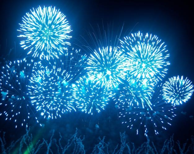 I fuochi d'artificio illuminano il cielo con uno spettacolo abbagliante. Foto Premium