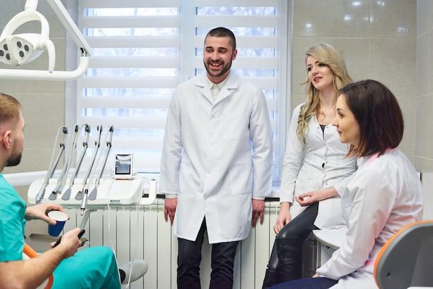 I giovani dentisti caucasici raggruppano sull'intervallo per il caffè Foto Premium