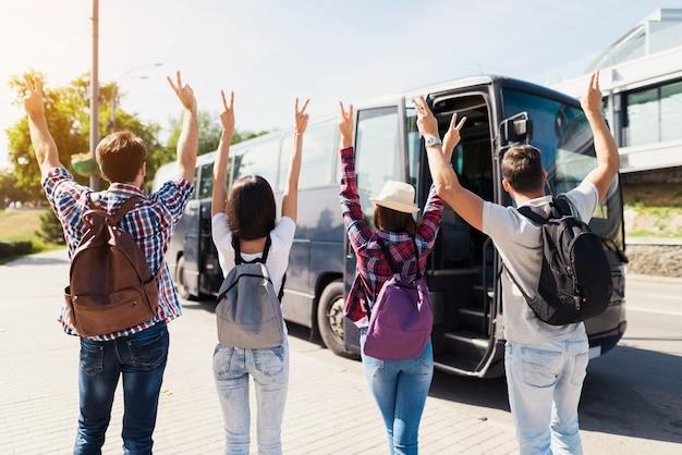 I giovani felicissimi aspettano il bus di viaggio. Foto Premium