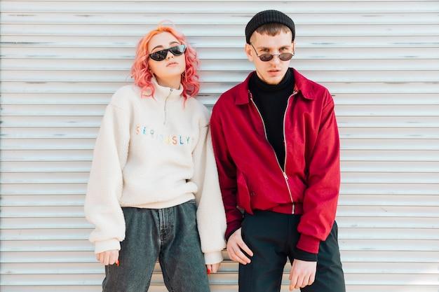 I giovani in posa con gli occhiali da sole in primavera calda indossano Foto Gratuite