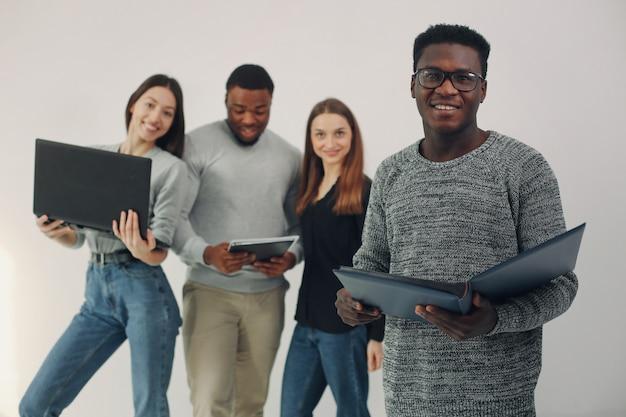 I giovani internazionali che lavorano insieme e usano il laptop Foto Gratuite