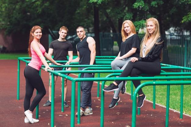 I giovani riposano dopo un allenamento sul campo sportivo. Foto Premium
