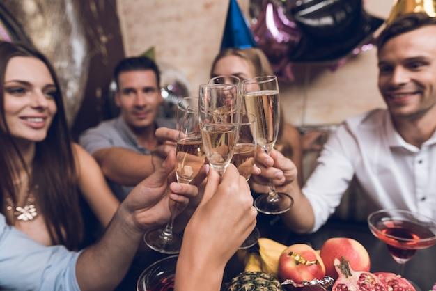 I giovani riposano in una discoteca alla moda. Foto Premium