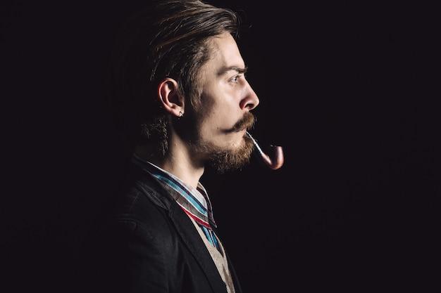I giovani signori fumano la pipa Foto Gratuite