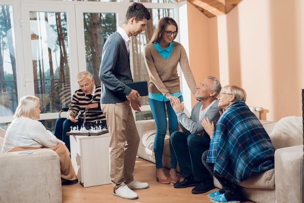 I giovani sono venuti a trovare l'uomo e la donna più anziani. Foto Premium