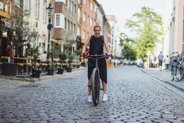 I giovani sport donna su una bicicletta in una città europea. sport in ambienti urbani. Foto Gratuite