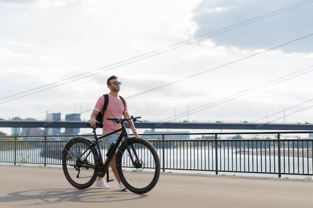 I giovani sport equipaggiano su una bicicletta in una città europea. sport in ambienti urbani. Foto Gratuite