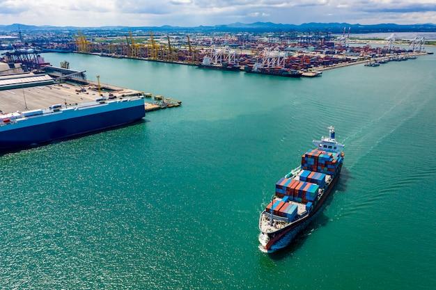 I grandi contenitori di carico di affari spediscono l'esportazione internazionale di trasporto di logistica Foto Premium