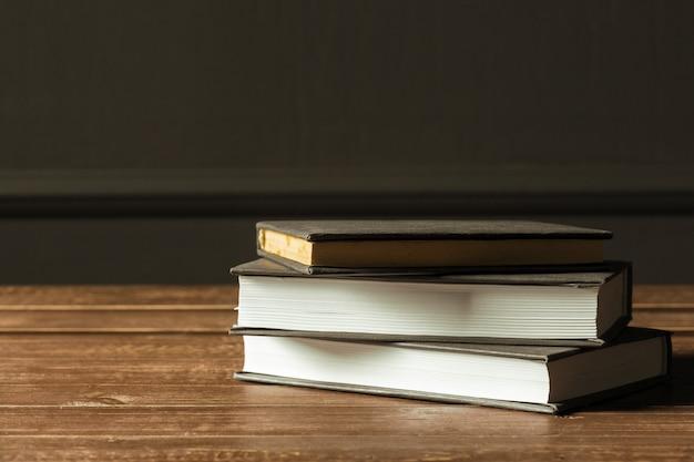 I libri si chiudono su vecchia tavola di legno Foto Premium