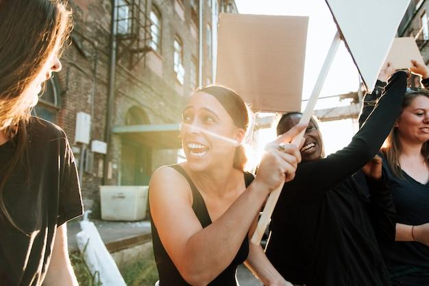 I manifestanti gioiosi marciando attraverso la città Foto Premium