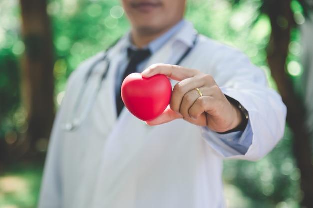 I medici invitano all'esame delle malattie cardiache ogni anno. - può essere utilizzato per visualizzare i tuoi prodotti o promozionali. Foto Premium