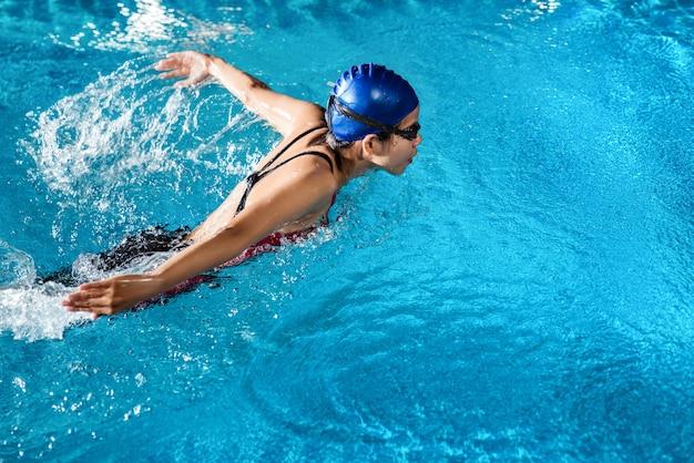 I nuotatori stanno nuotando Foto Premium