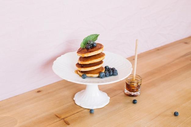 I pancake in pila sono serviti per la colazione Foto Gratuite