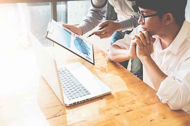 I partner di start-up lavorano in modo informale, discutendo le idee per una nuova strategia Foto Premium