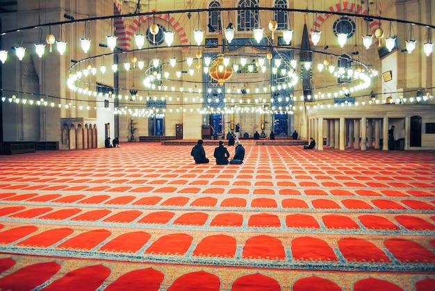 I pellegrini ortodossi hanno visitato la moschea aya sophia a natale. Foto Premium