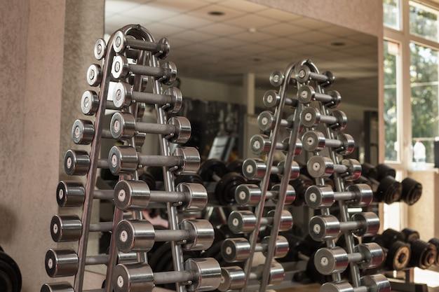 I pesi sono in fila in palestra Foto Premium