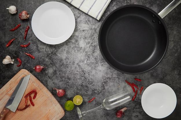 I piatti e la pentola vuoti della cucina Foto Premium