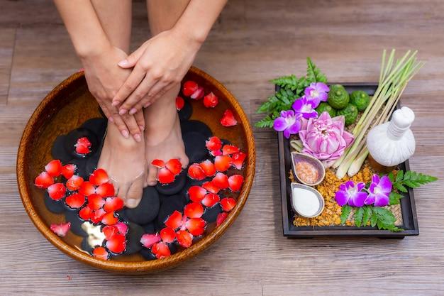 I piedi femminili per il trattamento termale sono una cura per il relax Foto Premium