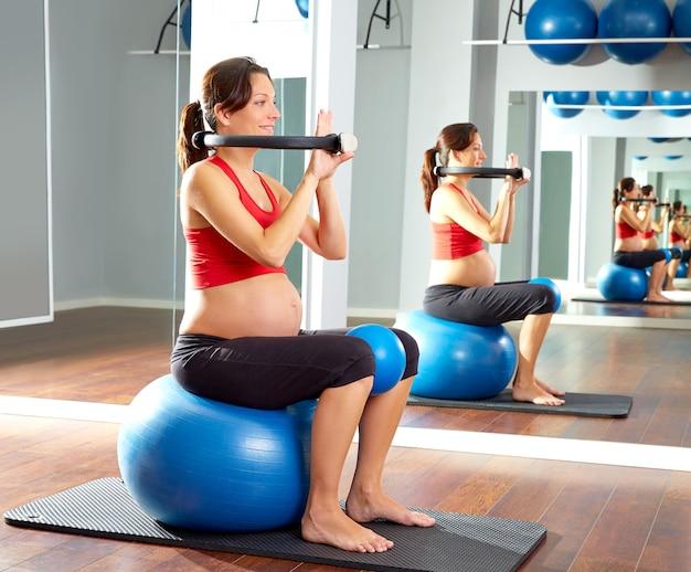 I pilates della donna incinta esercitano l'anello magico Foto Premium