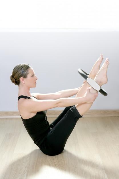 I pilates magici circondano la palestra sportiva di aerobica della donna Foto Premium