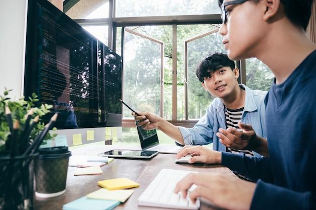 I programmatori e i team di sviluppatori stanno programmando e sviluppando software Foto Premium