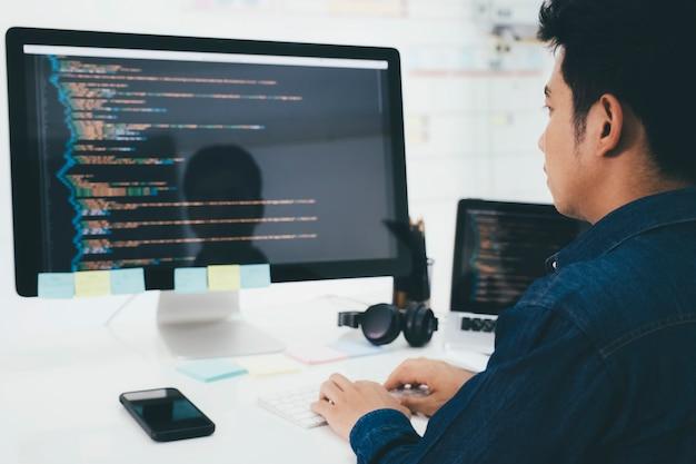 I programmatori e i team di sviluppo stanno codificando e sviluppando software Foto Premium