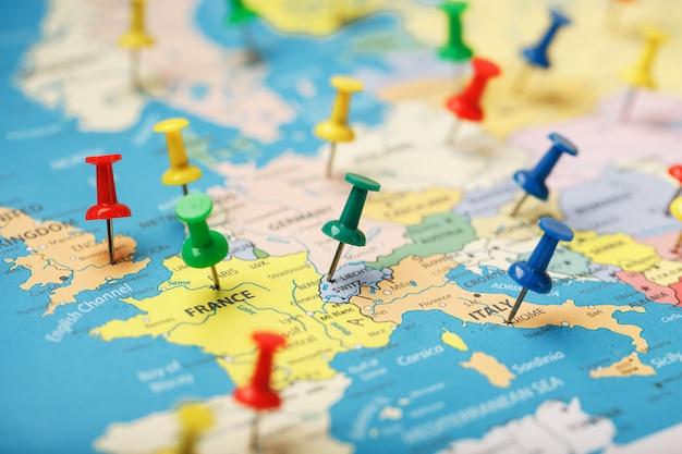I pulsanti multicolori indicano la posizione e le coordinate della destinazione sulla mappa del paese Foto Premium
