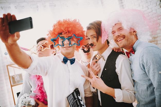 I ragazzi gay stanno prendendo selfie al telefono alla festa Foto Premium
