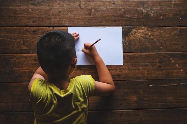 I ragazzi sono stressati per l'apprendimento. Foto Premium