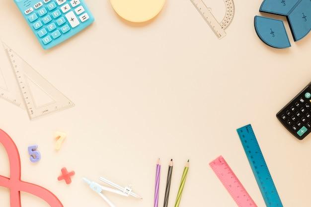 I righelli di matematica forniscono una cornice con spazio di copia e oggetti scolastici Foto Gratuite