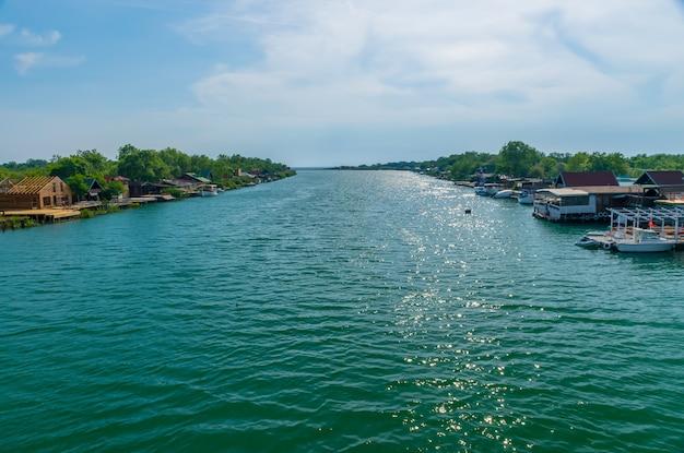 I ristoranti galleggianti invitano i turisti a mangiare gustosi piatti di pesce. Foto Premium