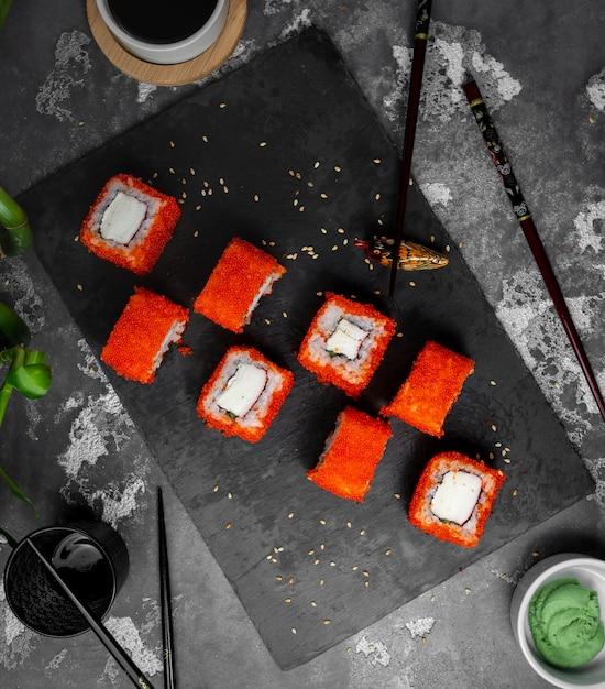 I sushi hanno messo con il caviale rosso sulla vista del piano d'appoggio Foto Gratuite