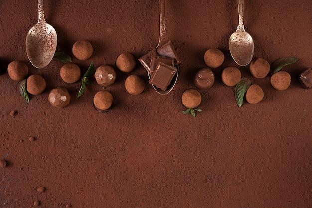 I tartufi con tavolette di cioccolato e cucchiai copiano lo spazio Foto Gratuite