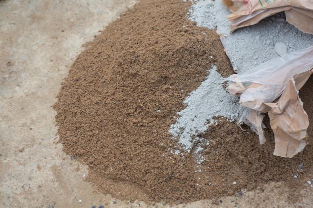 I tecnici edili stanno mescolando cemento, pietra, sabbia per l'edilizia. Foto Gratuite