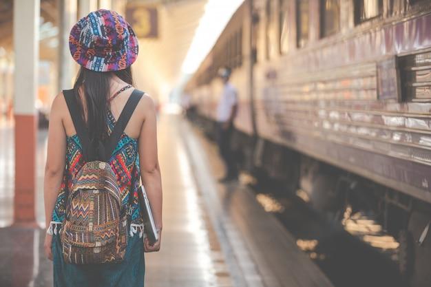 I turisti viaggiano alla stazione ferroviaria. Foto Gratuite