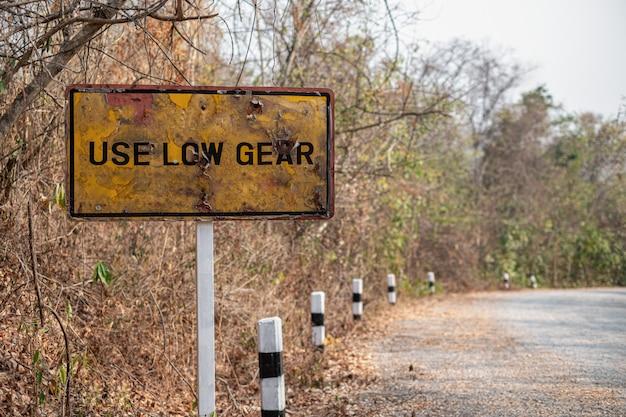 I vecchi segnali stradali sono arrugginiti usare basso ingranaggio e ripidi segnali di avvertimento per i camion sulle montagne Foto Premium