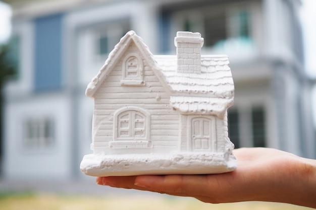 I venditori di assicurazioni detengono modelli di casa. Foto Premium