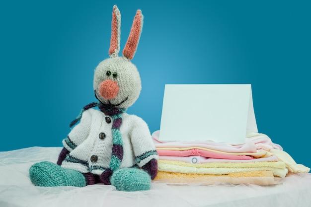 I vestiti del bambino con la carta Foto Gratuite