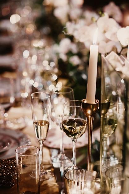 I vetri di champagne stanno su una tavola festiva Foto Gratuite