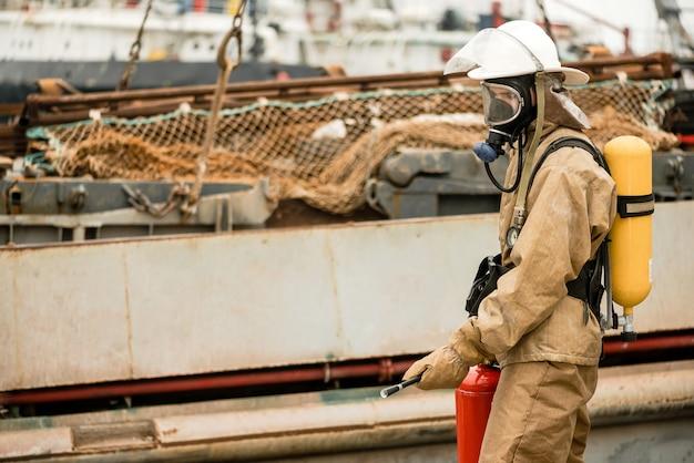 I vigili del fuoco usano l'estintore per spegnere le fiamme in porto Foto Premium