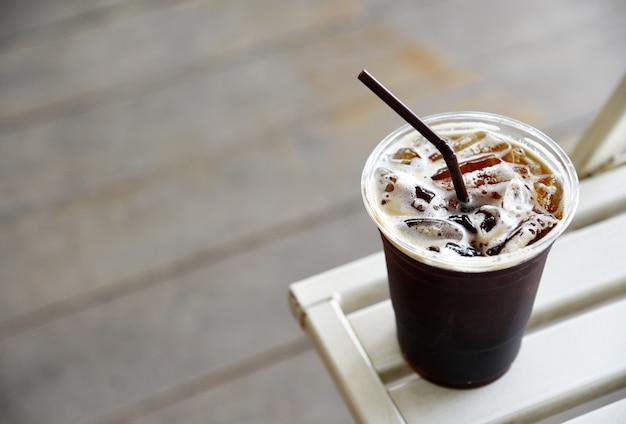 Ice americano coffee nella caffetteria Foto Premium